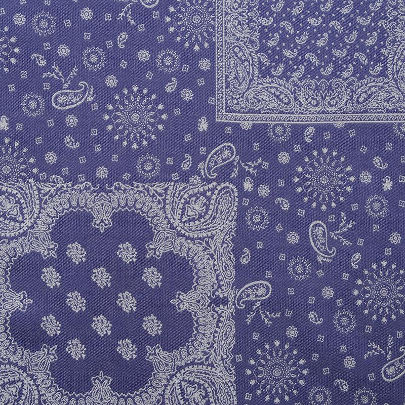 ジャガード織のバンダナ柄ハンカチ。 光沢感のあるなめらかな生地感。