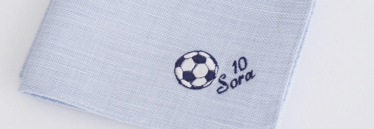 サッカーボールに背番号、名前を刺繍