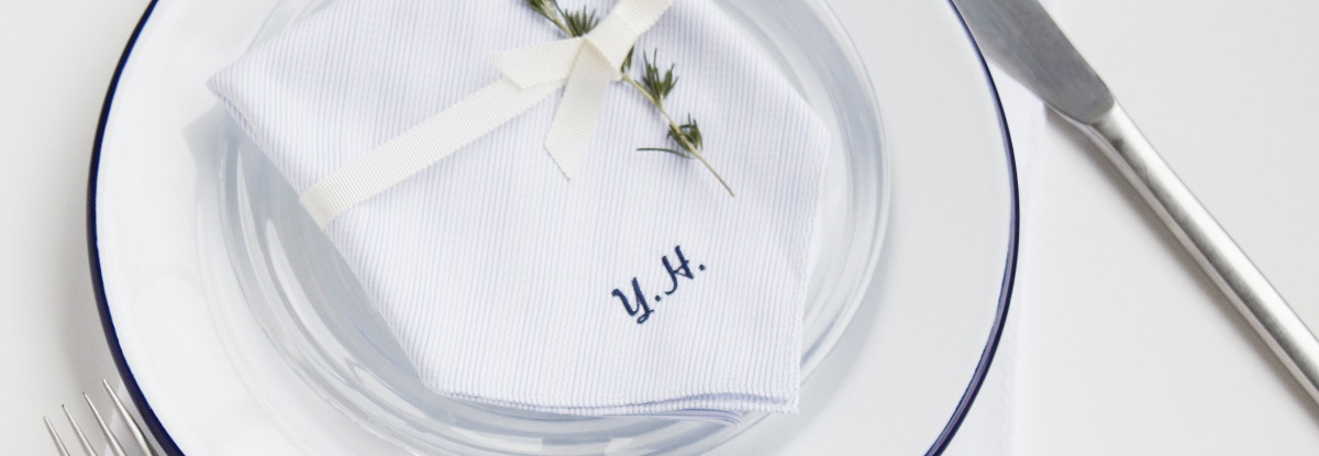 席次の代わりにお皿の上にそれぞれの名前を刺繍したハンカチを設置