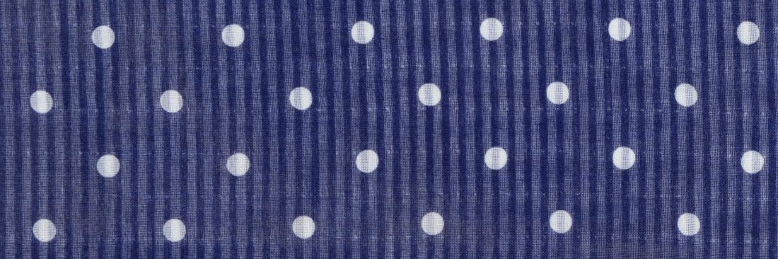 かすれた風合いのペイズリープリント柄。  ハンドロール縫製。サイズ46×46cm、リネン100% 日本製。
