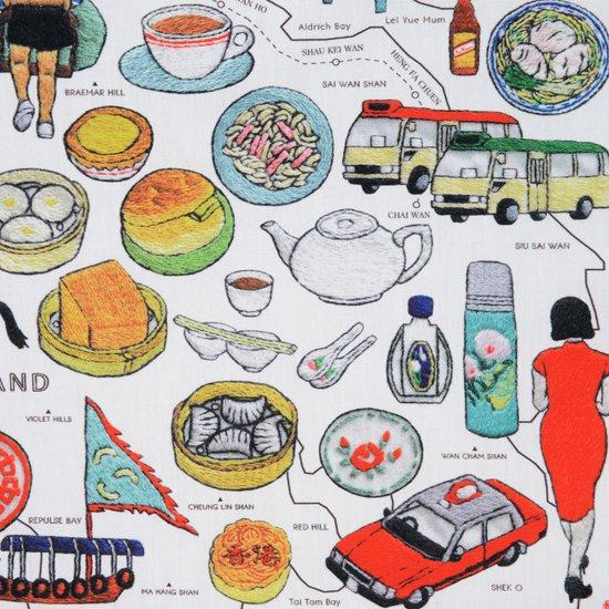 マカロニの香港地図。英語版。 見るもの乗るもの食べるもの。あれこれ楽しいものばかり。 旅で見つけた香港の魅力と日常の活気をポケットに入れて持ち歩けるハンカチです。  サイズ46×46cm、綿100%、チドリ縫製、日本製。